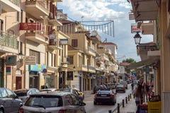 Typische straat in Nafpaktos-stad, Westelijk Griekenland stock foto's