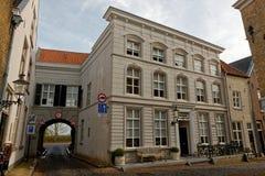 Typische straat in Ravenstein, Nederland stock foto