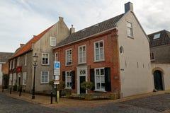 Typische straat in Ravenstein, Nederland stock afbeeldingen