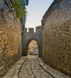 Typische straat van de oude stad in Veliko Tarnovo, Bulgarije Stock Fotografie