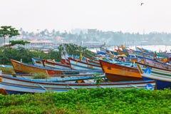 Typische straat van Kollam-pijlermarine dicht bij vissersboten op het strand van Kollam, India royalty-vrije stock afbeeldingen
