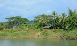 Typische Szene des birmanischen Dorfs auf dem Riverbank stockbilder