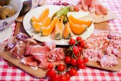 Typische Toskana-Küche mit Prosciutto, Käse und Frucht. Stockfoto