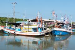 Typische traditionelle Fischerboote in einem Hafen an Thailand und am blauen Himmel Lizenzfreies Stockbild