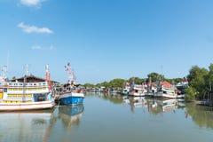 Typische traditionelle Fischerboote in einem Hafen an Thailand und am blauen Himmel Stockfotografie