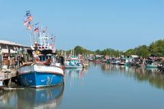 Typische traditionelle Fischerboote in einem Hafen an Thailand und am blauen Himmel Lizenzfreie Stockfotografie