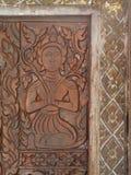 Typische traditionelle Muster Verzierungen, Baum, Mensch, Tiere und goddes stellen für Buddhismustempeldekoration dar Stockbild