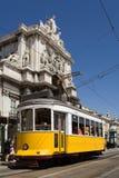 Typische Tram in Lissabon stock afbeeldingen
