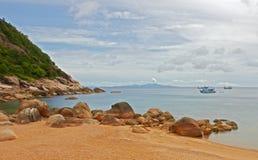 Typische tropische Insel - Meer und Sand setzen auf den Strand Lizenzfreies Stockbild