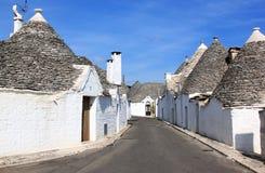 Typische trullistraat in Alberobello, Italië Stock Fotografie