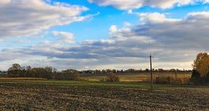Typische ukrainische ländliche Landschaft im Herbst stockbild