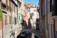 Typische venetianische Gebäude mit Kanal und Brücke in Venedig, Italien stockfotografie