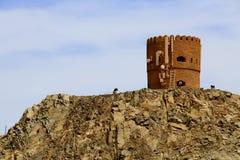Typische Watchtower van Oman met cellulaire en microgolfantennes stock foto's