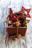 Typische Weihnachtsdekorationen in einem Kasten auf hölzernem Hintergrund Lizenzfreies Stockfoto