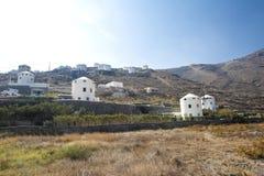 Typische Windmühle in Santorini Weiße Gebäude auf einem Hügel, einer Windmühle und Bäumen, ist für Santorini, Griechenland typisc stockbild