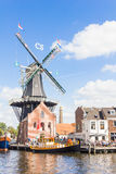 Typische Windmühle und mittelalterliche Architektur in Haarlem, die Niederlande Lizenzfreies Stockbild