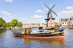 Typische Windmühle und mittelalterliche Architektur in Haarlem, die Niederlande Stockbild