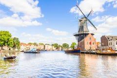 Typische Windmühle und mittelalterliche Architektur in Haarlem, die Niederlande Lizenzfreie Stockfotos