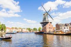 Typische Windmühle und mittelalterliche Architektur in Haarlem, die Niederlande Lizenzfreies Stockfoto