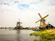 Typische Windmühlen in Holland, Zaanse Schans nahe Amsterdam lizenzfreies stockfoto