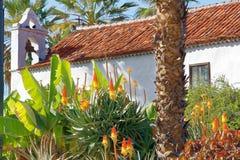 Typische witte Spaanse kerk met bloemen op Tenerife Royalty-vrije Stock Afbeeldingen