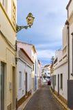 Typische Wohnstraße in der alten Stadt von Lagos, Algarve Ausrichtung Lizenzfreies Stockfoto