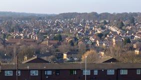 Typische woonwijk in het UK met blauwe hemel stock foto