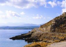 Typische Zeegezichtweg in het eiland van Kreta royalty-vrije stock afbeelding