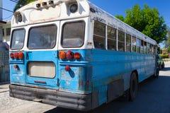 Typischer alter Schulbus parkte auf der Havana-Straße kuba Stockbilder