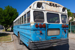 Typischer alter Schulbus parkte auf der Havana-Straße kuba Lizenzfreie Stockbilder