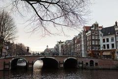 Typischer Amsterdam-Kanal und -fahrrad stockfoto