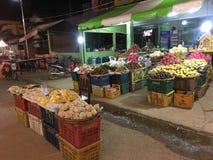 Typischer asiatischer Nachtmarkt mit köstlichen Früchten stockfotografie