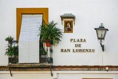 Typischer Balkon der Stadt von Sevilla, mit ornacina der Jungfrau Maria auf der Fassade des Hauses stockfotos