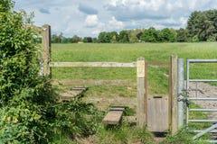 Typischer englischer Landzauntritt mit Hundetor, Gloucestershire stockfoto