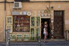 Typischer Handwerksshop in der mittelalterlichen Stadt von Toledo in Spanien lizenzfreie stockbilder