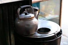 Typischer im altem Stil kochender Topf auf einem alten Ofen Stockbild