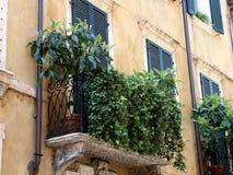 Typischer italienischer Balkon Stockfotografie