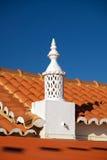 Typischer Kamin mit roter Dachspitze in der Algarve Lizenzfreies Stockbild