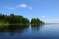 Typischer karelischer See mit sehr großen Fluss-Steinen Stockbild