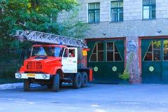 Typischer Lebensstil Kasachstan Gebäude der zentralen Feuerwehr und des traditionellen roten Löschfahrzeugs mit Luftleiter auf de stockbild
