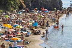 Typischer Ligurier Strand in der Sommerzeit, in Levanto, La Spezia-Provinz nahe 5 Terre, Italien lizenzfreies stockbild
