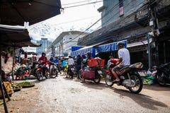 Typischer MorgenStau am vietnamesischen Straßenmarkt lizenzfreie stockbilder