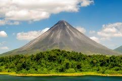 Typischer schlafender Vulkan stockbilder