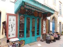 Typischer Souvenirladen in Essaouira, Marokko lizenzfreies stockbild