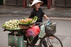 Typischer Straßenhändler in Hanoi, Vietnam Stockbild