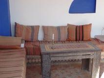 Typischer traditioneller marokkanischer Sitzbereich lizenzfreies stockfoto