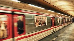 Typischer U-Bahnu-bahnhof in Prag - Tschechische Republik Lizenzfreie Stockfotos