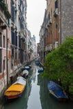 Typischer Venedig-Kanal Stockfotografie