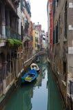 Typischer Venedig-Kanal mit festgemachten Booten Stockfotos