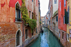 Typischer Venedig-Kanal mit Gondel Stockfotos